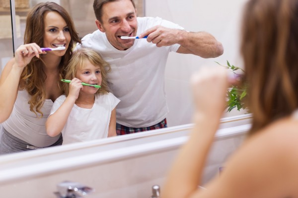 familia cepillandose los dientes