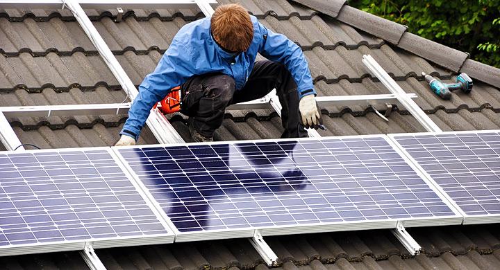 persona colocando placas solares